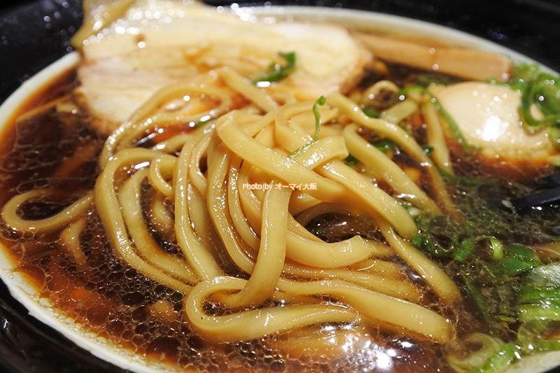 ラーメン「金久右衛門」の「大阪ブラック」を平打ちの太麺でいただきます。