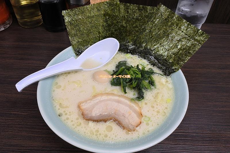 500円で食べられる「魂心家(こんしんや)大阪なんば店」の塩豚骨ラーメンです。