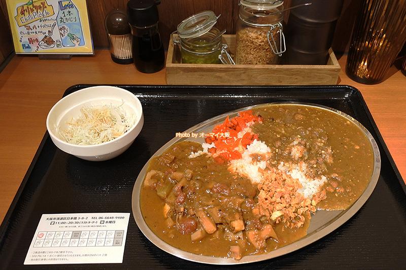 カレー食堂「マッハ」の2種類のカレー。ランチに行った日はアサリとレンコンのカレーとキーマカレーでした。