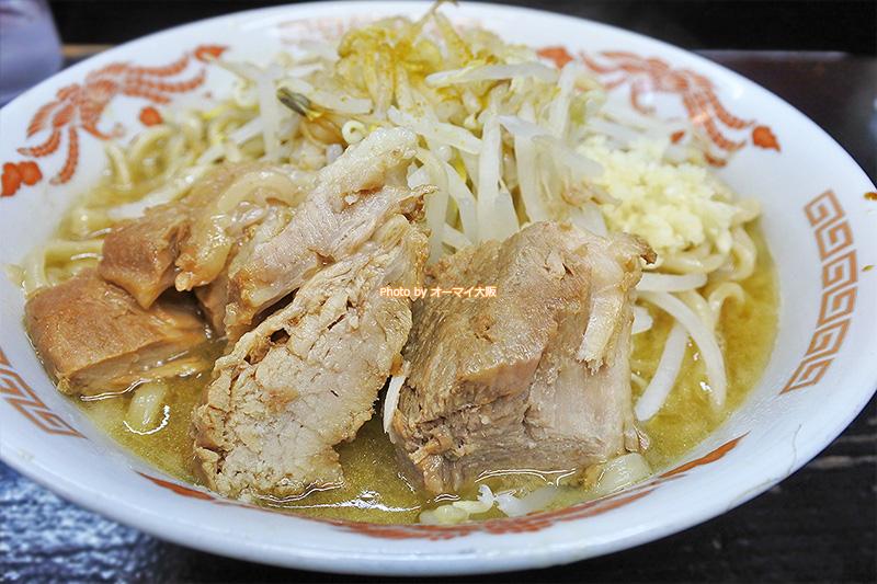 550円で味わえる「ドカ盛マッチョ」のカレーラーメン。平日限定のサービスですが、並んでも食べたいカレーラーメンです。