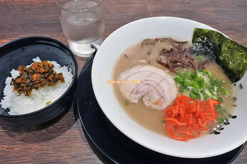 初ランチとなる「博多長浜らーめん 難波楓神」の500円の豚骨ラーメンと無料のライスです。