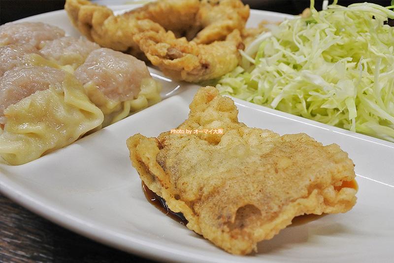 特製のタレをつけて食べる「一芳亭」自慢の豚肉の天ぷらです。