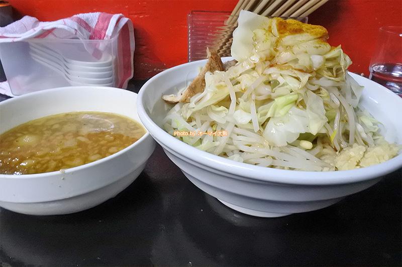 野菜ちょいマシでもボリュームがすごい「ドカ盛マッチョ」のカレーつけ麺です。