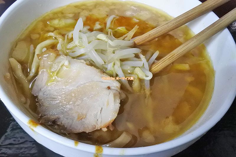 カレーつけ麺を食べるときは、つけ汁をしっかりと混ぜて食べることをおすすめします。