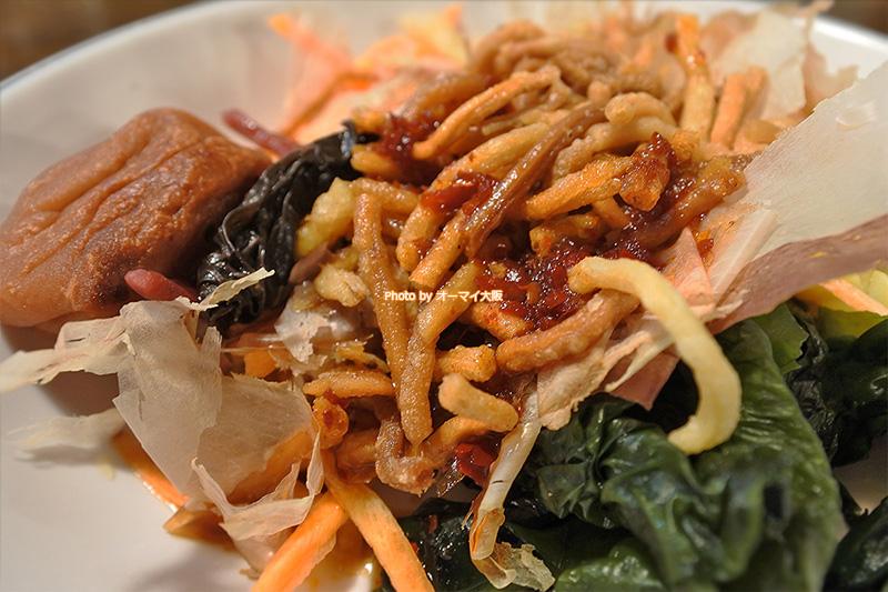 めちゃめちゃめずらしい「周月(しゅうげつ)」のサラダバー。つけ麺やラーメンと一緒にサラダを食べると、罪悪感が薄れます。