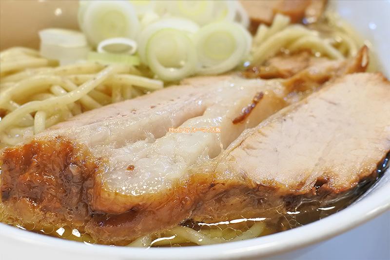 チャーシューが大きい「人類みな麺類」の魚貝ラーメンです。