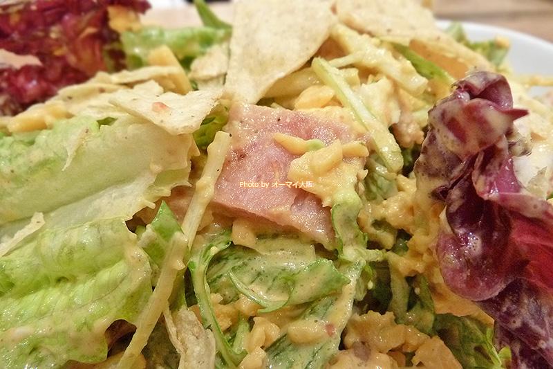 人気店「エッグスンシングス」のコブサラダはスパムやトルティーヤチップス入りで野菜がたっぷりです。