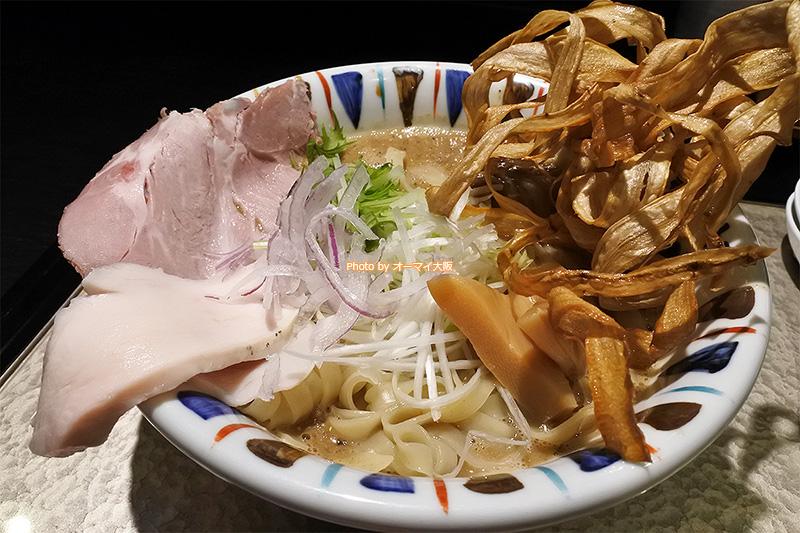 盛りつけが美しいラーメン「煮干し吟醸nigori(にぼしぎんじょうにごり)大盛り」です。