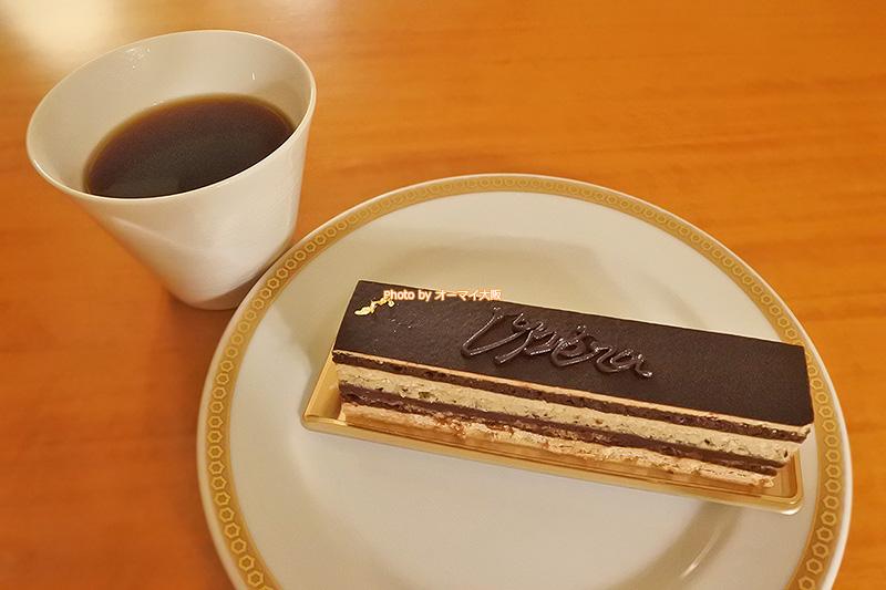 フランス生まれの「オペラ」はチョコレートのガナッシュとコーヒーのバタークリームの相性を楽しめるケーキです。