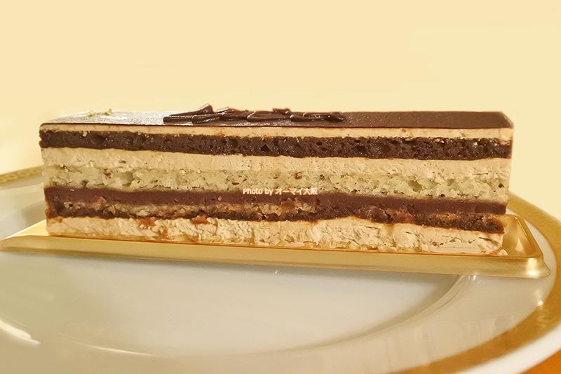グルメブティック「メリッサ」のオペラは594円。高級ホテル「リーガロイヤルホテル大阪」のテナントということを考慮すると、リーズナブルな価格のケーキです。