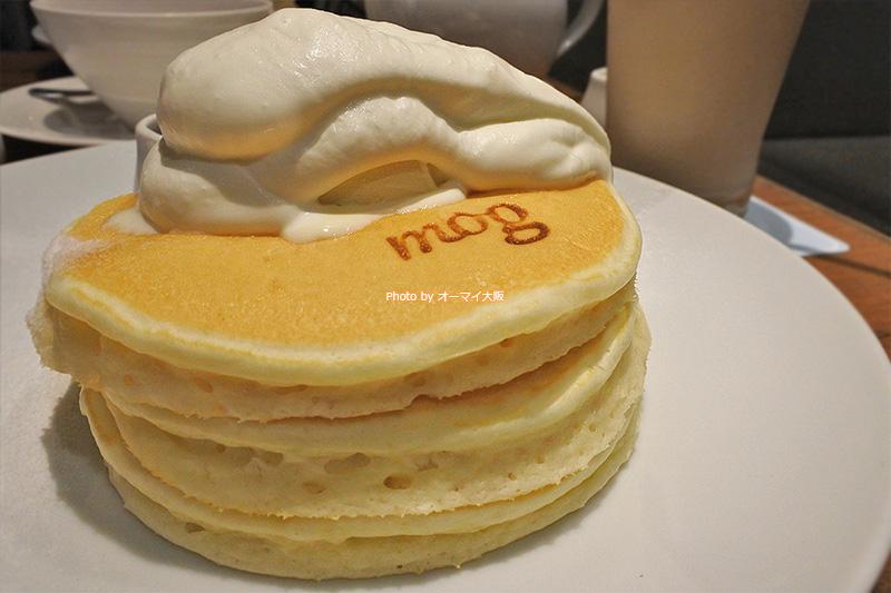 シンプルなビジュアルの「スペシャルパンケーキ」は「モグ」自慢のバターミルクと生クリームがたっぷりと使われています。