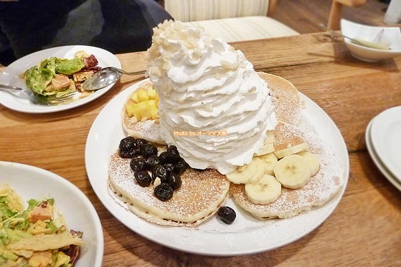 はじめての「エッグスンシングス」で話題のパンケーキ「フルーツパンケーキサンプラー」をいただきます。