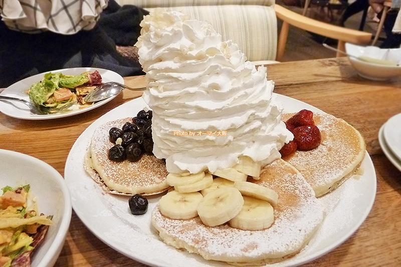 ホイップクリームがたっぷりのパンケーキこそ「エッグスンシングス」の大きな魅力です。