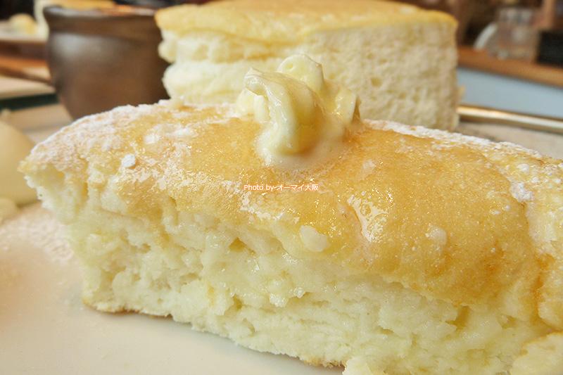 プレミアムパンケーキをバターでいただきます。