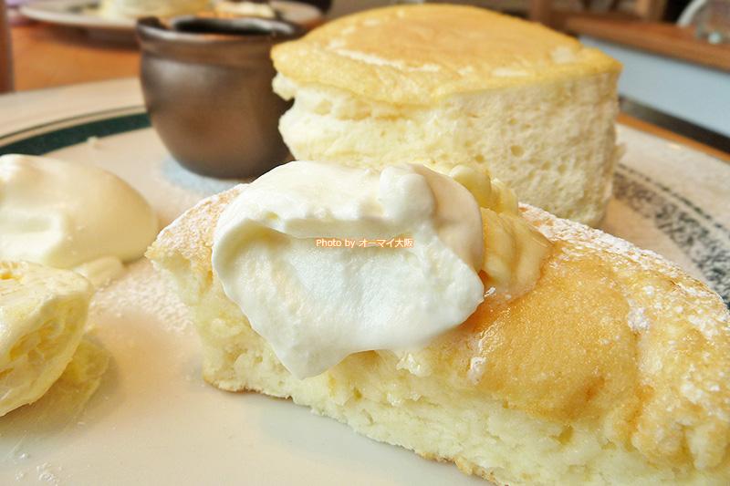 プレミアムパンケーキをホイップクリームでいただきます。