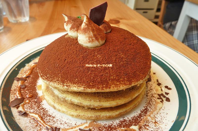 パンケーキ専門店「gram(グラム)」のメニューで、最もオトナの味わいを感じられるティラミスのパンケーキです。