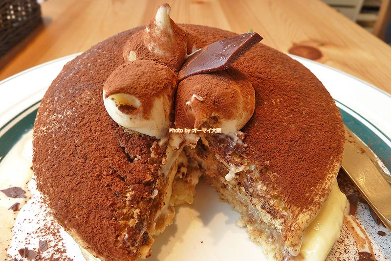 マスカルポーネのクリームがたっぷり入った「gram(グラム)」のティラミスのパンケーキです。