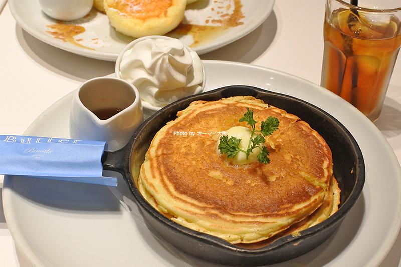 人気店「Butter(バター)」の看板メニュー「発酵バターの窯出しフレンチパンケーキ」。ドリンクバーがセットになっていると、ゆっくりとランチを楽しめます。