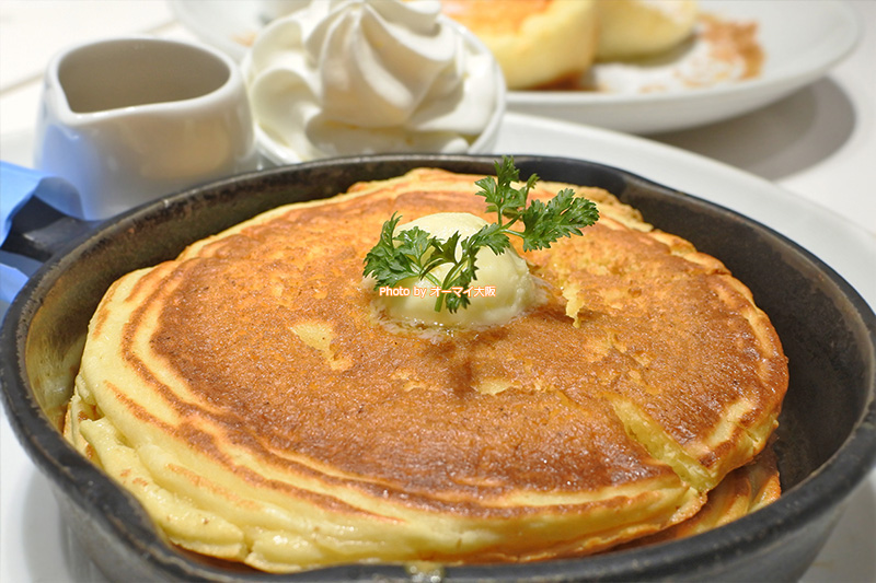 たっぷりの発酵バターがアクセントになっている「窯出しフレンチパンケーキ」です。