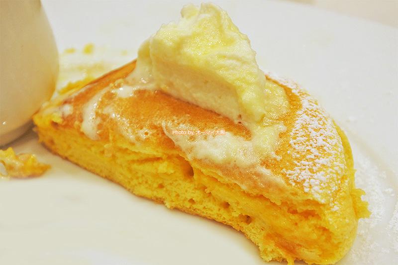 ペロッと食べられる「幸せのパンケーキ」。店内は広く、ゆったりとした空間で「幸せのパンケーキ」を楽しめます。