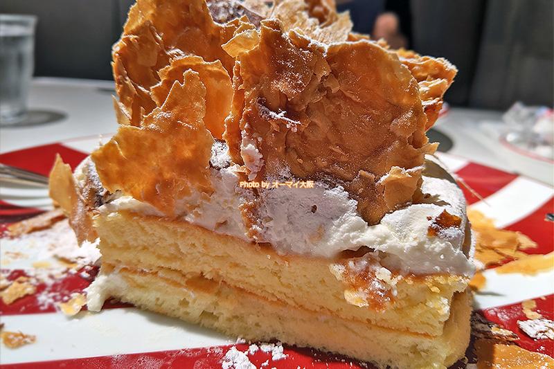 カフェ「ラポーズ ルクア大阪店」の「ミルフィーユパンケーキ」はサクサクのミルフィーユがアクセントになっている個性あふれるパンケーキです。