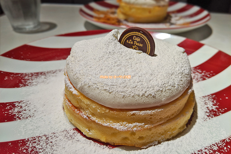 カフェ「ラポーズ ルクア大阪店」のプレーンパンケーキ。シンプルなパンケーキを愛するスイーツファンから絶大な人気を誇ります。