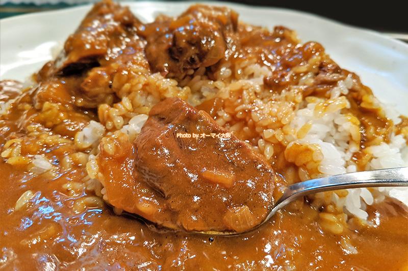 トロトロの牛肉が最高のアクセント。人気店「カルダモン」のカレーは、食が進むカレーの代表格です。