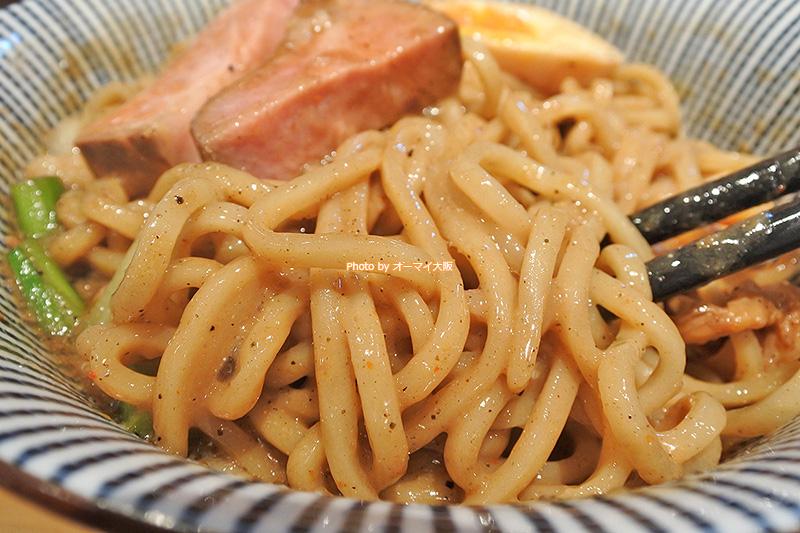 マゼニボジャンキーは食べごたえのある太麺を採用。麺に対するこだわりを感じるチョイスです。