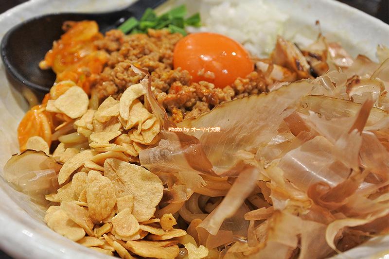 男の台湾まぜ麺のトッピングです。フライドガーリックのボリュームがすごい。