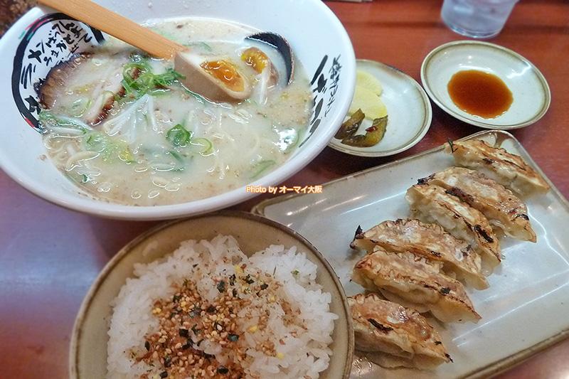 博多ラーメン「げんこつ 梅田店」ではじめて注文した黒豚餃子のランチセットです。