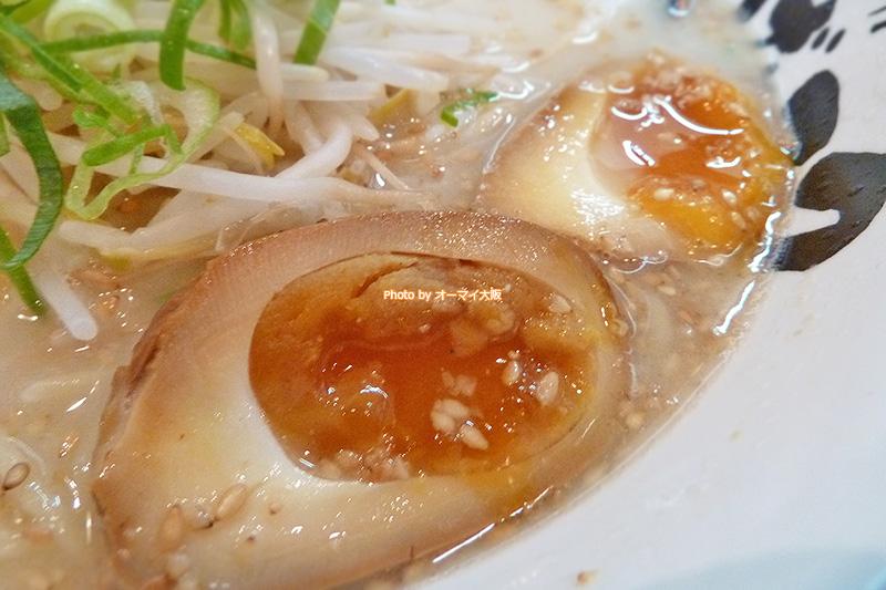 博多ラーメン「げんこつ 梅田店」のトッピングに煮玉子を選びました。最近は、博多ラーメンに煮玉子のトッピングが増えてきました。