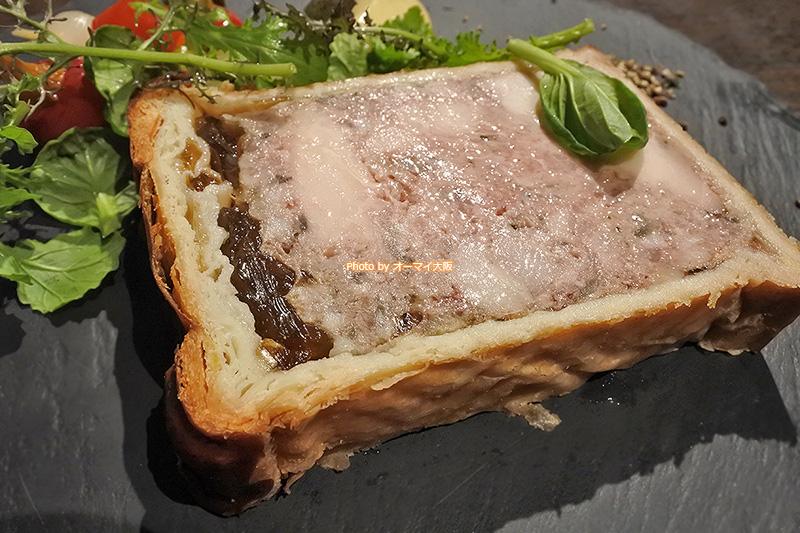 パイ生地とジュレに包まれた美しいパテ。一度は食べておきたい絶品メニューです。