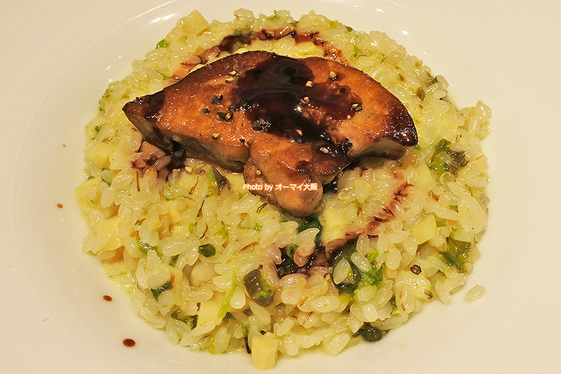 フォアグラをのせた春野菜のリゾットは「俺のフレンチ 梅田」の技が詰まった一皿です。