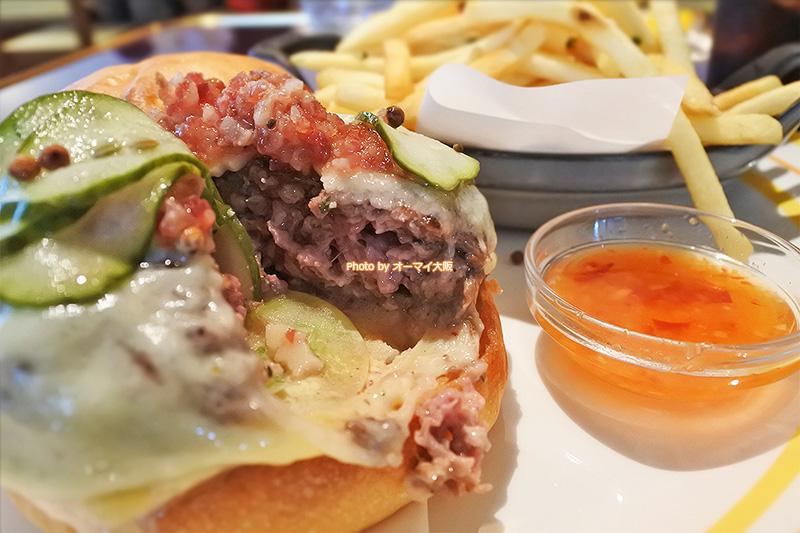牛肉の味がしっかりと楽しめる絶品のチーズバーガーです。