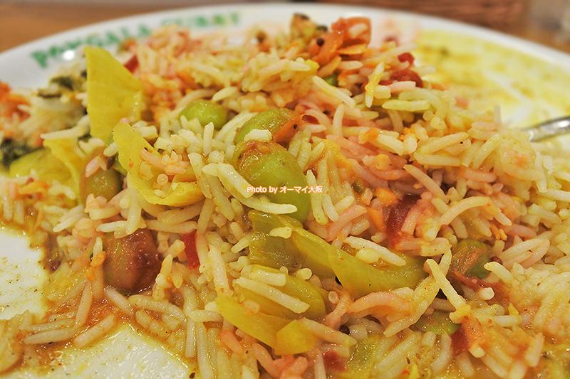 混ぜて食べると味が融合する「ポンガラカレー」のスパイスカレーは唯一の無二のカレーです。