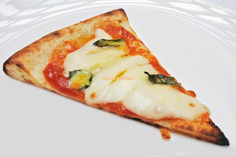 焼きたてのピザは1枚ずつスタッフさんが持ってきてくれます。