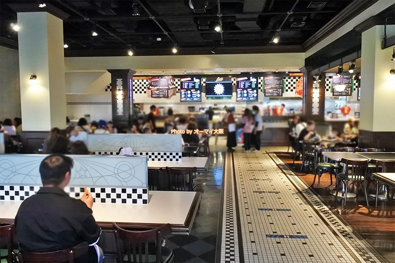 ランチタイムは行列ができるレストラン「ルイズNYピザパーラー」の店内です。