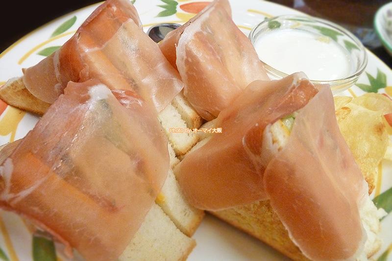 生ハムが8枚トッピングされたサンドイッチが人気の「蝸牛庵(かぎゅうあん)」。こだわりが感じられるサンドイッチがメニューに並びます。
