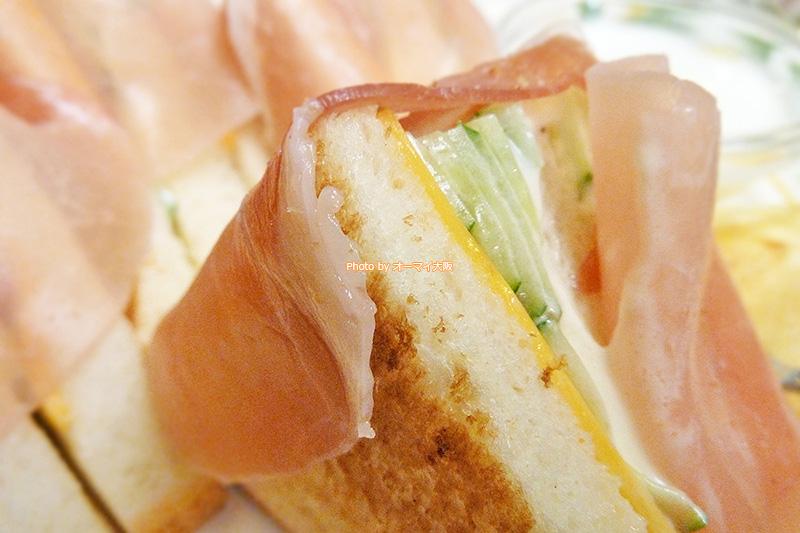 生ハムのサンドイッチの具は、生ハムとチーズとキュウリとトマトです。