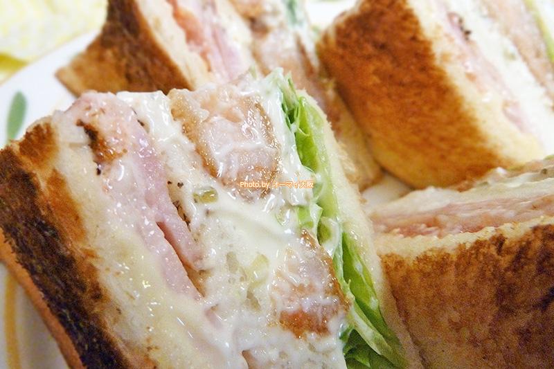 話題の喫茶店「蝸牛庵(かぎゅうあん)」の海老ベーコンのサンドイッチはエビカツとベーコンがたっぷり入っています。